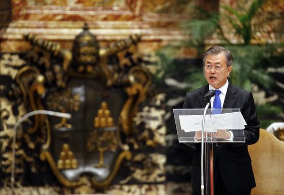 문재인 대통령이 17일 오후 (현지시간) 로마 성 베드로 대성당에서 피에트로 파롤린 국무원장이 집전한 '한반도 평화를 위한 특별미사'에 참석한 후 한반도 평화정착 노력을 주제로 연설하고 있다. 청와대 사진기자단