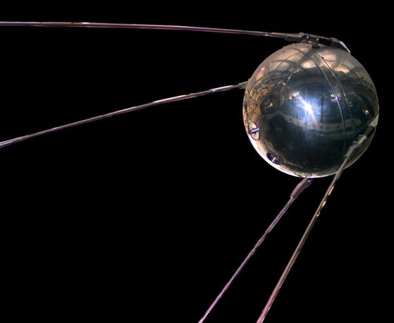 소련이 57년 10월 4일 세계 최초로 쏘아올린 인공위성인 스푸트니크 1호의 모형. 미국 워싱턴의 국립항공우주박물관 전시물이다. 그 직후 미국은 소련에 추월당한 과학기술을 따라잡으려고 연구·교육 체계 혁신에 들어갔다. [중앙포토]