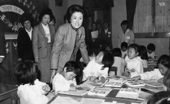 1981년 당시 영부인이던 이순자 여사가 유치원을 방문해 어린이들과 이야기를 나누고 있다. [중앙포토]