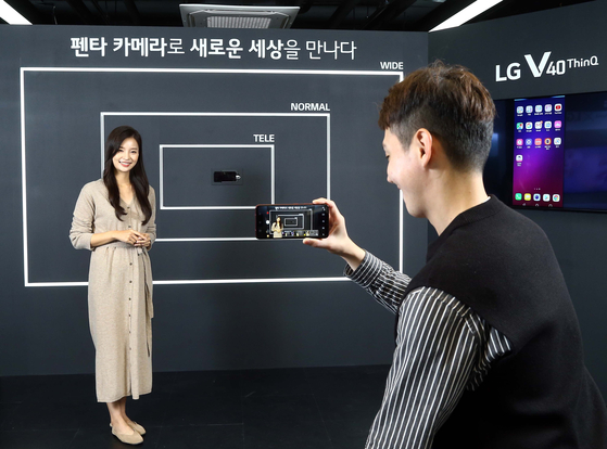 서울 신사동 'V40 프리미엄 체험존'에서 한 방문객이 V40으로 사진을 찍고 있다. [사진 LG전자]