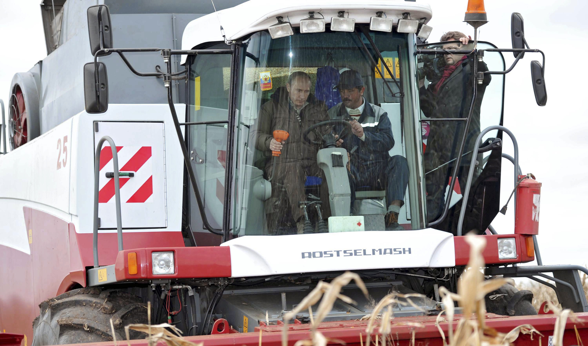 지난 2011년 당시 대통령이었던 드미트리 메드베데프 러시아 대통령과 모스크바 인근 농장 옥수수밭을 방문한 푸틴 대통령(당시 총리)이 콤바인을 운전하고 있다. [AP=연합뉴스]