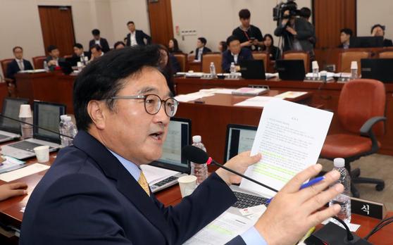 국정감사에서 증인에게 질문하는 우원식 더불어민주당 의원 [뉴스1]