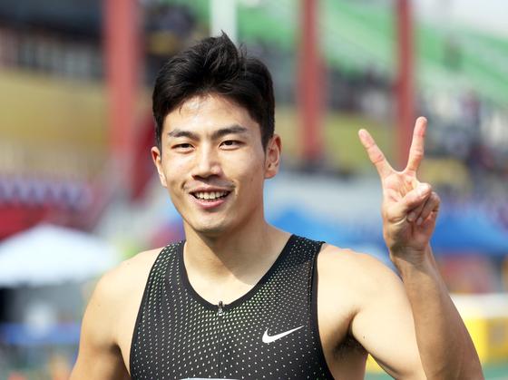 박태건이 15일 전북 익산종합운동장에서 열린 제99회 전국체육대회 육상 남자일반부 200m에서 대회 신기록으로 종점을 들어온 뒤 2관왕을 뜻하는 손가락을 펴보이고 있다. [연합뉴스]