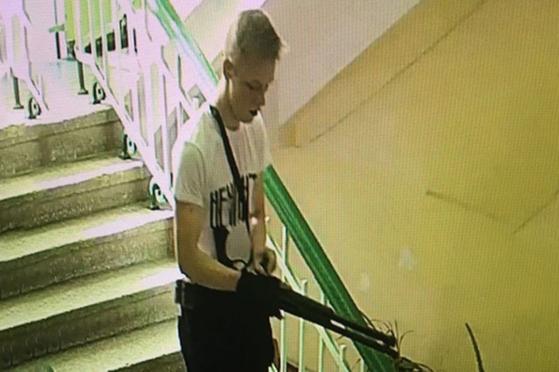 러시아에 편입된 크림반도의 케르치 기술대학에서 총기 난사 사건이 발생한 가운데 용의자로 지목된 이 대학 4학년 블라디슬라프 로슬랴코프. [사진 러시아 RBC 방송 갈무리]