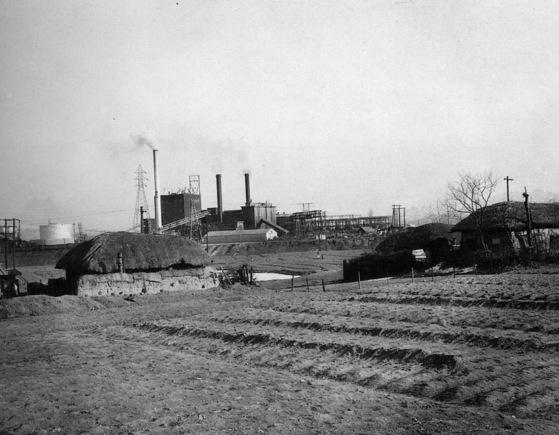 1957년 당인리 화력발전소의 모습. 당시 주변은 한적한 농촌이었다. 당인리 화력발전소는 56년 3월 2만5000kW 용량의 3호기를 완공했지만 한국의 전기는 여전히 부족했다. 원자력으로 눈을 돌리게 된 이유다. [중앙포토]
