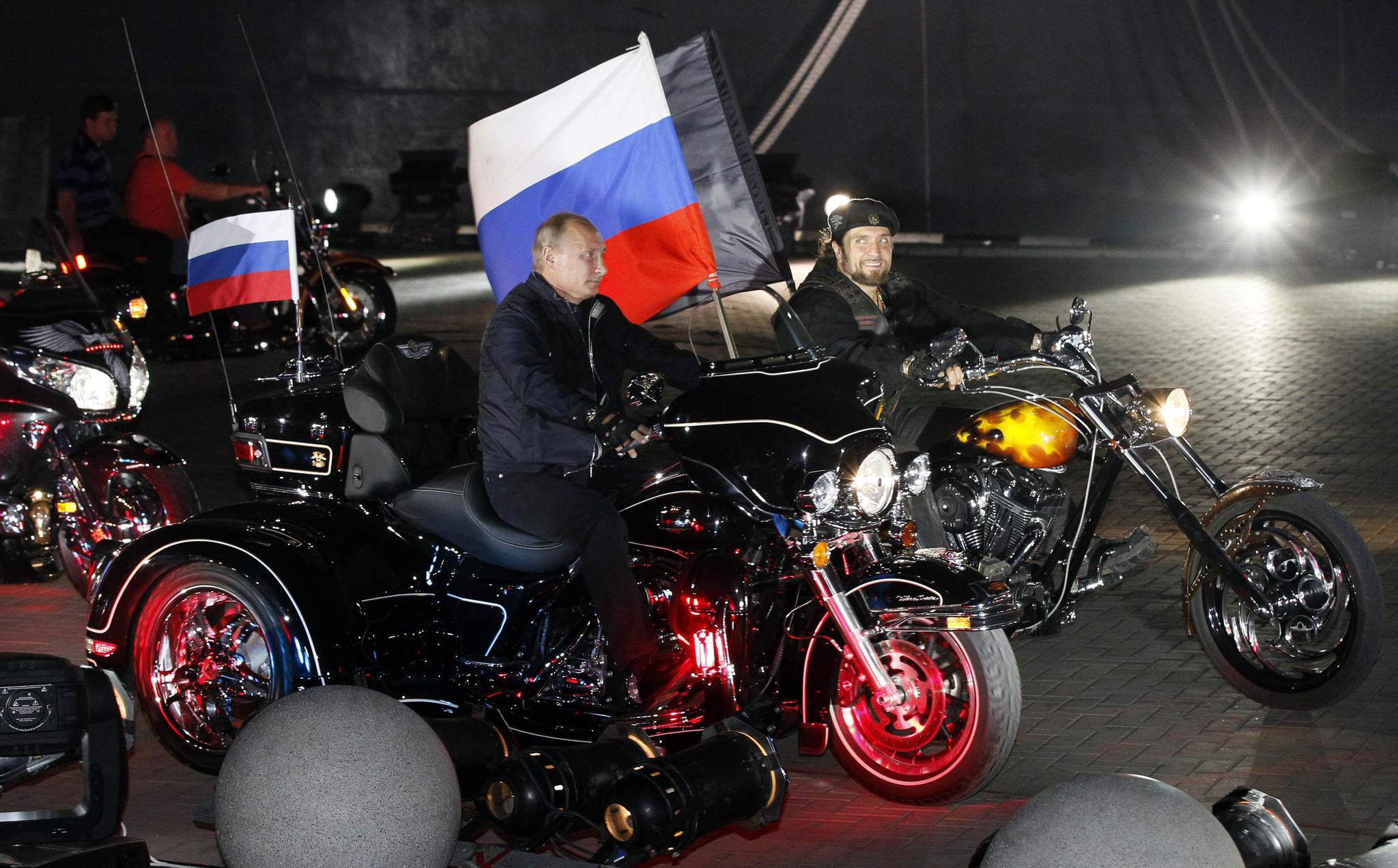 지난 2011년 회담차 우크라이나를 방문 한 푸틴 대통령(당시 총리)이 오토바이 축제장을 찾아 폭주족 나이트 울프와 함께 오토바이를 몰고 있다. [로이터=연합뉴스]