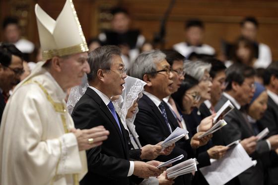17일 오후(현지시간) 이탈리아 바티칸 성 베드로 대성당에서 열린 '한반도 평화를 위한 미사' [AP=연합뉴스]