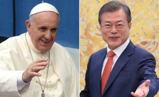 프란치스코 교황과 문재인 대통령이 18일 바티칸에서 직접 얼굴을 맞댔다. [연합뉴스]