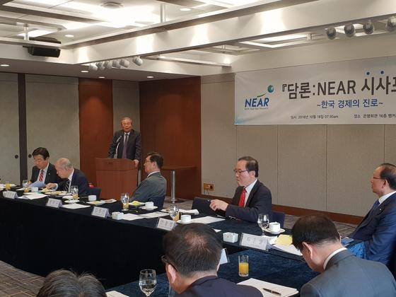 김종인 전 더불어민주당 대표가 18일 서울 명동 은행회관에서 열린 니어(NEAR)재단 주최 토론회에서 주제 강연을 하고 있다.