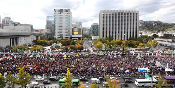 카카오가 도입한 카풀 서비스에 반대하는 택시업계 종사자들이 18일 오후 서울 광화문광장에서 생존권 사수결의대회를 열고 집회를 하고 있다. 강정현 기자