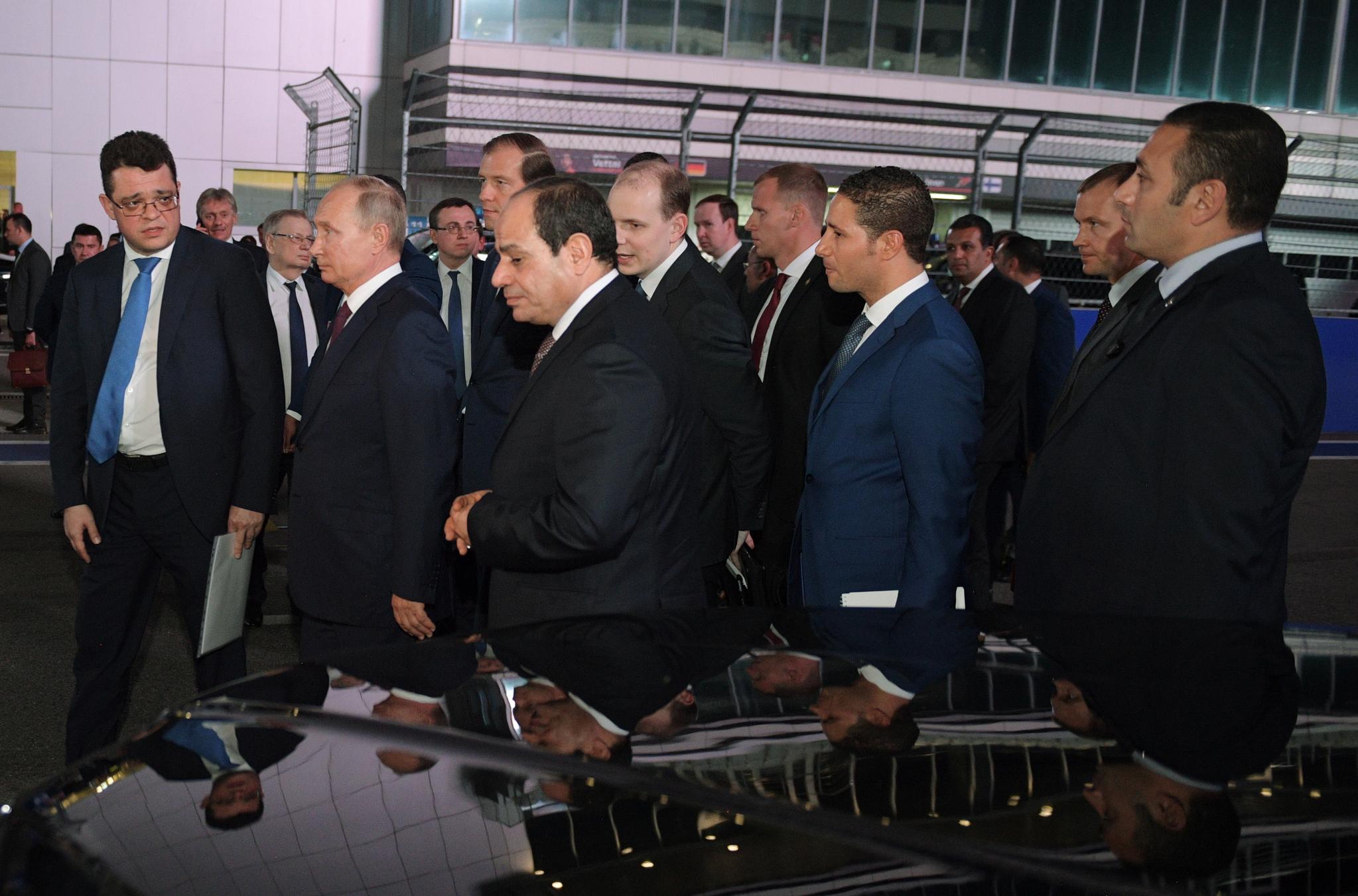 푸틴 대통령(앞줄 왼쪽 둘째)이 17일(현지시간) 압둘팟타흐 엘시시 이집트 대통령(앞줄 왼쪽 셋째)과 정상회담을 마치고, 최근 F1 그랑프리가 열렸던 러시아 소치 오토돔을 방문해 내부로 이동하고 있다. [EPA=연합뉴스]