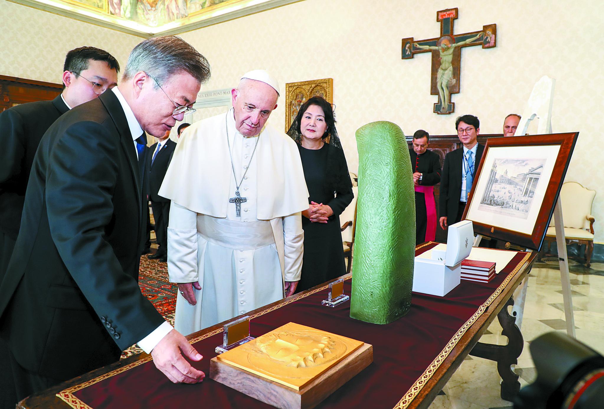문 대통령의 '성모상'과 교황의 '올리브 가지'에 담긴 뜻은
