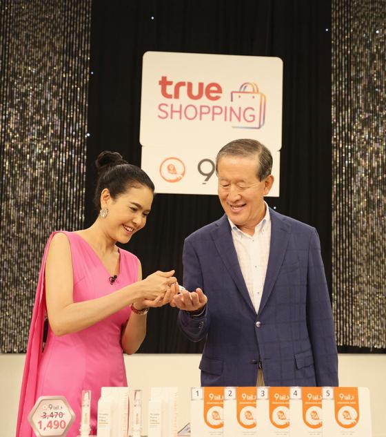허창수 GS 회장(오른쪽)이 18일(현지시간) GS홈쇼핑의 태국 합작법인 '트루GS' 스튜디오에서 국내 중소기업이 수출한 주름개선제 판매 현장을 살펴보고 있다. [사진 GS]