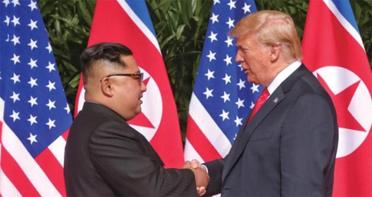 역사적 첫 북미정상회담이 열린 6월 12일 오전 회담장인 카펠라 호텔에 북한 김정은 위원장과 미국 트럼프 대통령이 회담을 위해 만나고 악수를 나누고 있는 모습. [중앙포토]