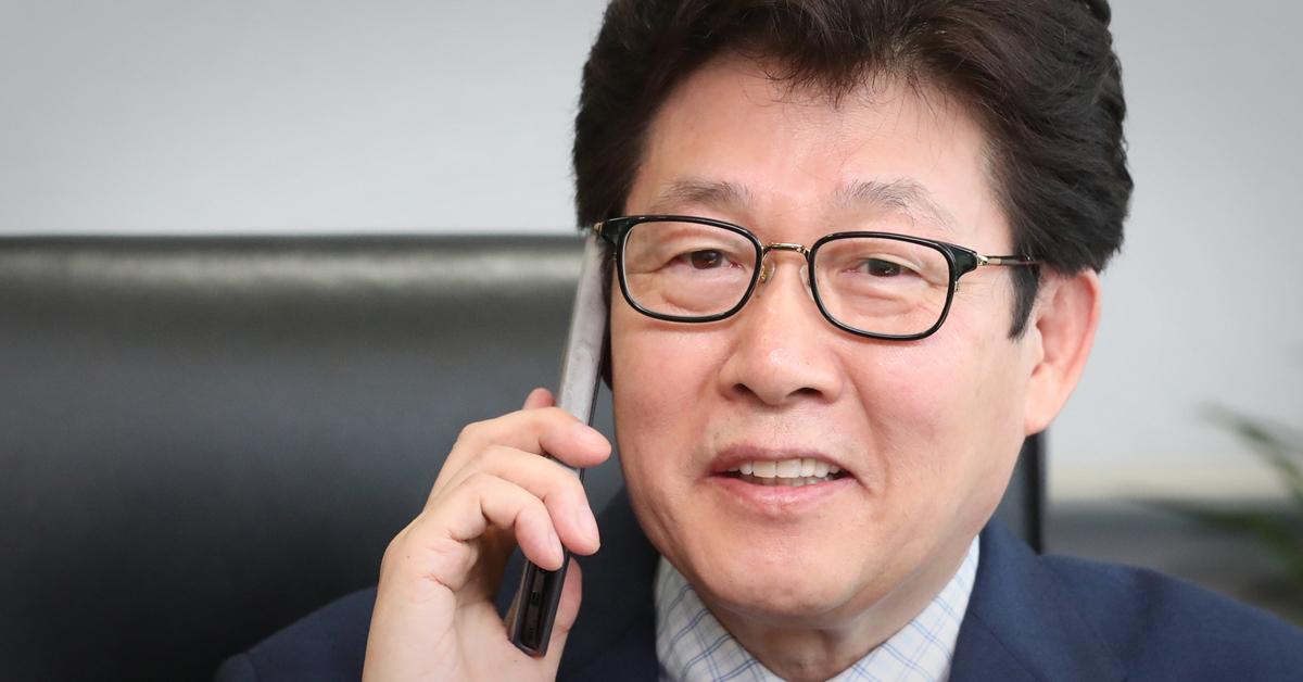 지난 5일 조명래 환경부 장관 후보자가 세종시 한국환경정책평가연구원 원장실에서 축하 전화를 받고 있다. [연합뉴스]