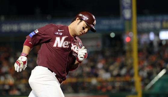 넥센 박병호가 4회초 무사 2루에서 홈런을 치고 베이스를 돌고 있다. [연합뉴스]