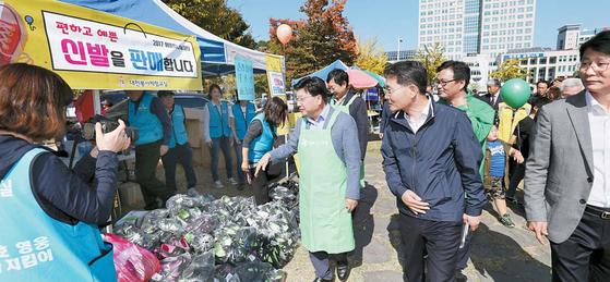 대전 위아자나눔장터에서 대전봉사체험교실 회원들이 신발을 팔고 있다. 대전봉사체험교실은 2005년부터 매주 일요일 연탄봉사활동 등을 해왔다. [중앙포토]