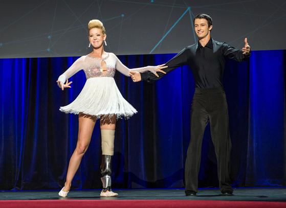 스마트 의족을 착용한 무용수 에이드리언 데이비스(왼쪽)가 2014년 TED 콘퍼런스에서 파트너와 춤을 추고 있다. 보스턴 테러로 다리를 잃은 그녀는 MIT가 개발한 의족으로 꿈을 잃지 않게 됐다. [사진 TED]