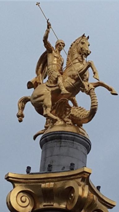 조지아 수도 트빌리시 자유 광장의 금빛 조각상.