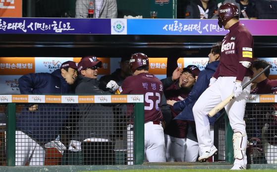 4회 초 무사 1루 넥센 박병호가 투런 홈런을 쳐낸 뒤 샌즈와 더그아웃에서 장정석 감독 및 동료들과 기뻐하고 있다. [연합뉴스]