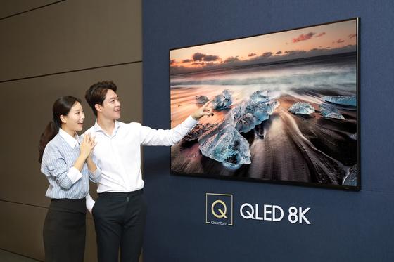 삼성전자 모델들이 3300만 화소를 구현한 QLED 8K TV를 소개하고 있다. 삼성은 19일부터 주요 백화점·양판점 등에서 예약 판매를 한다. [사진 삼성전자]