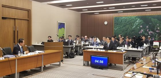 18일 열린 국회 외교통일위원회의 주일대사관 국정감사에서 이수훈 주일대사가 의원들의 질의에 답변하고 있다. 윤설영 특파원