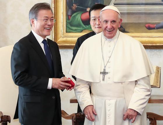 """""""교황 북한 간다""""는 文대통령 전언에 참모진 """"아!"""" 낮은 탄성"""
