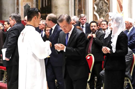 문재인 대통령이 17일 오후 (현지시간) 로마 성 베드로 대성당에서 열린 '한반도 평화를 위한 특별미사'에서 성체를 모시고 있다. [연합뉴스]