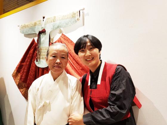김해자 중요무형문화재(왼쪽)와 김은주 문화재 이수자 장인. [사진 이정은]