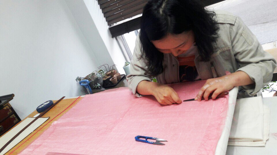 김은주 장인이 오목누비 저고리를 만들기 위해 누비하고 있다. [사진 이정은]