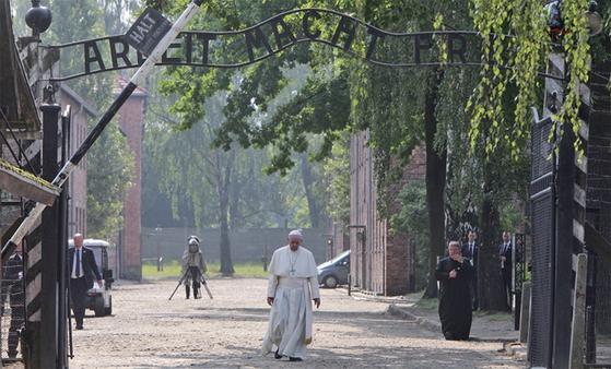 2016년 7월 아우슈비츠를 찾은 프란치스코 교황이 'ARBEIT MACHT FREI' 문구가 씌어 있는 문을 나서고 있다. / 사진:연합뉴스
