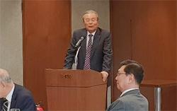 김종인 전 더불어민주당 대표가 18일 니어(NEAR)재단 주최 토론회에서 주제 강연을 하고 있다.