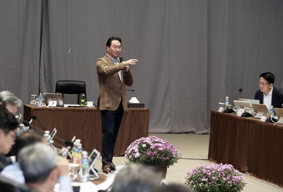 최태원(가운데) SK그룹 회장이 19일 제주 디아넥스호텔에서 열린 '2018 CEO세미나'에서 사회적 가치 추구를 통해 비즈니스 모델을 혁신하는 방안을 CEO들과 논의하고 있다. [사진 SK그룹]