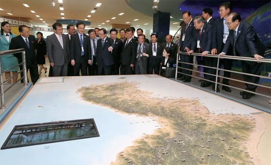 10·4 선언 기념 방북단이 10월 4일 오후 평양 과학기술전당을 방문, 한반도 지형 모형을 바라보고 있다.