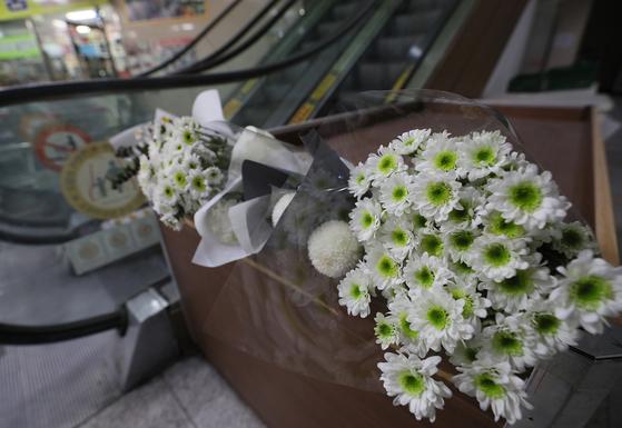 19일 오후 서울 강서구 한 PC방 앞에 흉기 살인사건으로 목숨을 잃은 아르바이트생을 추모하는 국화가 놓여져 있다. [연합뉴스]