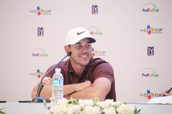 20일 열린 PGA 투어 더CJ컵 3라운드를 마친 뒤 선두에 오른 소감을 밝히며 환하게 웃는 미국 프로골퍼 브룩스 켑카. [사진 JNA GOLF]