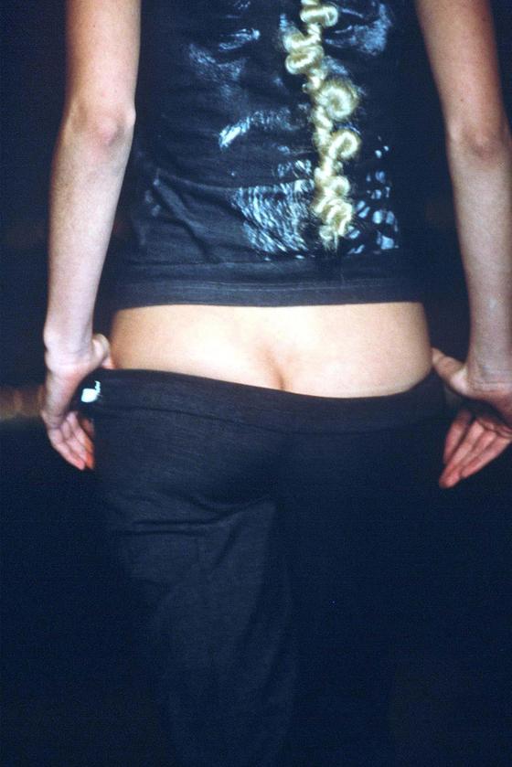 맥퀸이 보여준 범스터 패션. 모델의 엉덩이가 노출될 정도로 밑위 길이가 짧아 논란의 대상이 되었지만 맥퀸은 엉덩이 노출 의도가 아닌 '척추 아래 부분의 연장'을 이야기했다. [사진 허유림]