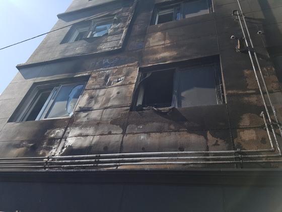 경남 김해시 서상동 한 빌라에서 발생한 화재로 불탄 건물 모습 . 위성욱 기자