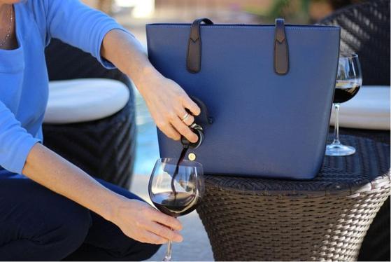 작은 주머니처럼 생긴 덮개를 열면 와인을 따를 수 있는 꼭지가 나온다.
