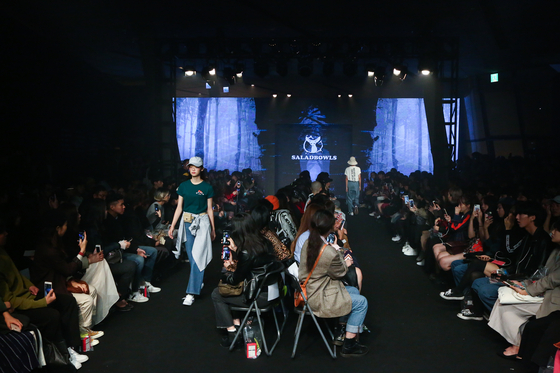 이간수문전시장 지하를 개조해 만든 패션쇼장. 10~20대의 젊은 관객들이 쇼를 보기 위해 자리를 꽉 채웠다. 쇼는 스트리트 패션을 주로 선보이는 '샐러드볼'.
