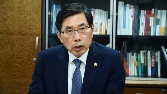 청와대 국민청원 대답에 나선 박상기 법무장관. [사진 청와대 유튜브]