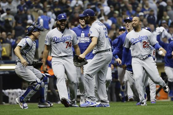 21일 열린 NLCS 7차전에서 승리한 뒤 환호하는 LA 다저스 선수들. [AP=연합뉴스]