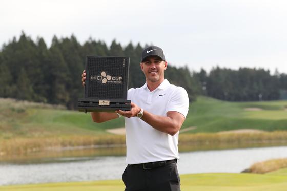 브룩스 켑카(미국)가 21일 제주 서귀포시 나인브릿지에서 열린 PGA 투어(미국프로골프투어) 정규대회 '더 CJ컵 @나인브릿지 최종라운드에서 이글 1개, 버디 8개, 보기 2개로 8타를 줄이며 최종합계 21언더파 267타를 기록, 경쟁자 우드랜드를 4타차로 제치고 우승상금 171만 달러(약19억3700만원)을 거머쥐었다. [뉴스1]
