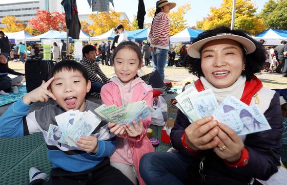 2018 위아자 나눔장터가 21일 대전 보라매공원에서 열려 행사에 참여한 시민들이 판매한 돈을 들어보이고 있다. 프리랜서 김성태