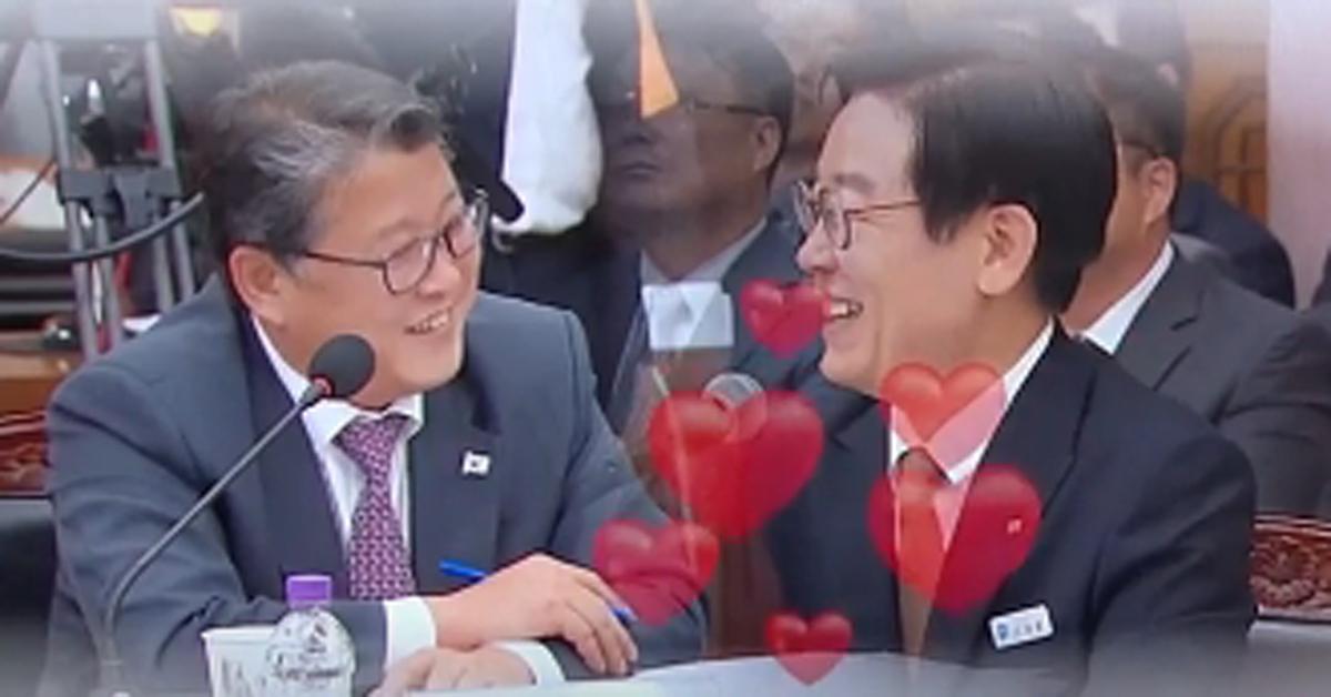 19일 열린 경기도 국정감사에서 조원진 대한애국당 의원과 이재명 경기 지사가 화기애애한 분위기를 연출했다. [JTBC 정치부회의 화면 캡처]