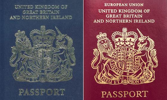 1988년 여권 색깔을 바꾸기 이전의 영국 여권(왼쪽)과 현재의 영국 여권. [위키피디아]