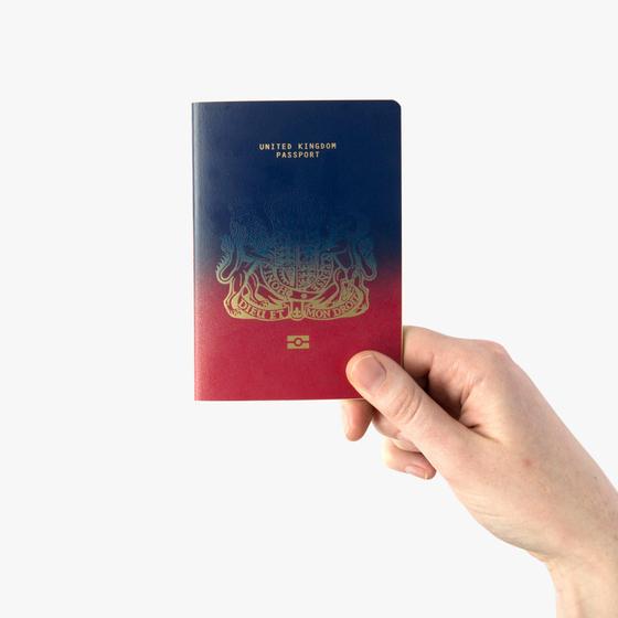 2017년 영국의 디자인 전문 매체 '디진(Dezeen)'이 브렉시트 후 새 여권을 대상으로 연 디자인 공모전 당선작. 현행 버건디색을 진청색이 뒤덮으며 대체하는 듯한 표지 디자인이다. [사진 디진 홈페이지]