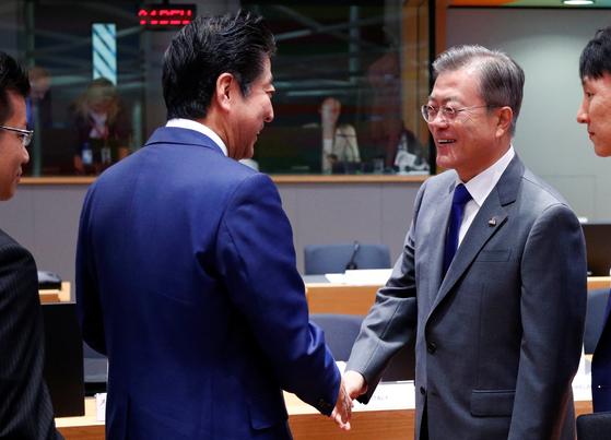19일 아셈 정상회의장에서 만나 인사하는 문재인 대통령과 아베 신조 일본 총리[로이터=연합뉴스]