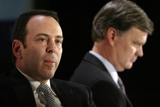 지난 2004년 시어스 백화점 인수를 선언하는 에드워드 램퍼트(왼쪽). [AP=연합뉴스]