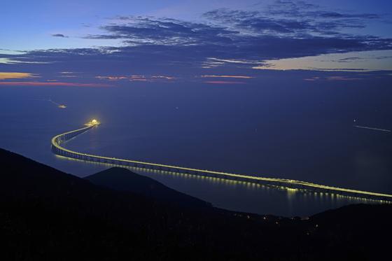 홍콩~마카오 30분만에…中, 55㎞ 세계 최장 해상대교 개통